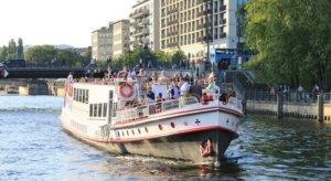 Schiff auf der Spree mit Gästen an Deck