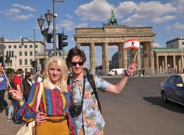 berlinreise-brandenburger-tor-mann-frau
