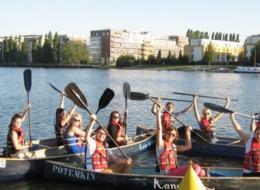 Klassenfahrt nach Berlin - Schulklasse auf der Spree im Kanu