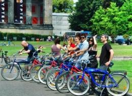 Berlin Mauertour Fahrrad - Gruppe vor dem Alten Museum Berlin