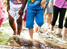 Kinderfüße-durch-Wasser©Karsten_Eichhorn-1