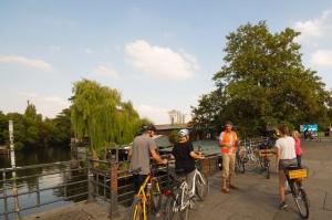 Berlin Mauertour Fahrrad - Gruppe vor der Spree