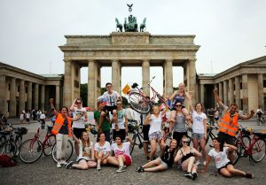 Berlin Mauertour Fahrrad - Gruppe vor dem Brandenburger Tor
