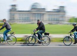 Berlin Mauertour Fahrrad - Gruppe vor dem Reichstag