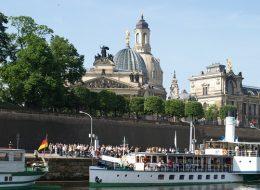 Blick auf die Altstadt Dresden mit Elbufer