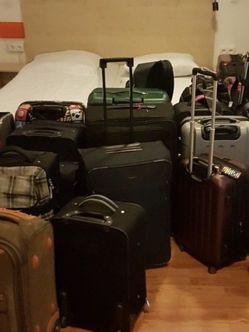 Koffer in einem sicheren Raum im Hostel abgestellt. Koffertransport Service für Klassenfahrten nach Berlin.