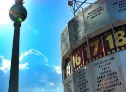 Berliner Fernsehturm mit Ausschnitt der Weltzeituhr am Alexanderplatz