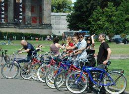Fahrradfahrer vor dem Alten Museum Berlin