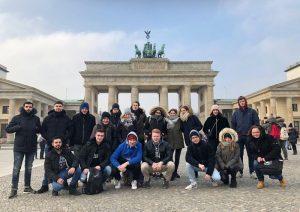 Schulklasse vor dem Brandenburger Tor