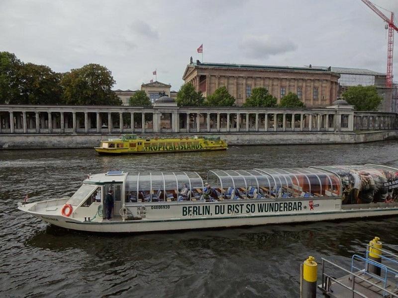 Berlin Ticket 2 Schiffe BWSG vor dem Neuen Museum auf der Museumsinsel