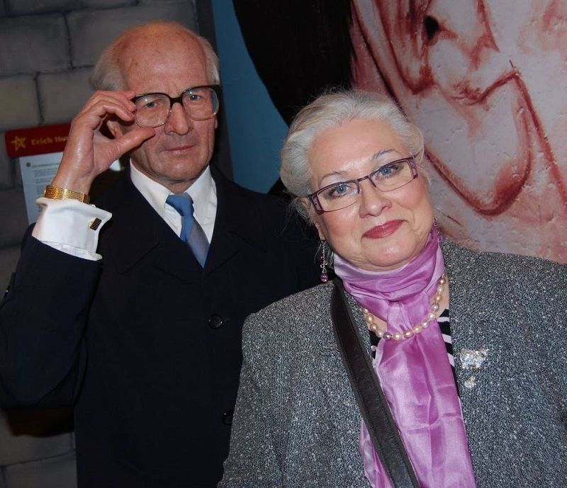 DDR Zeitzeugin Edda Schönherz vor Erich-Honecker-Plastik