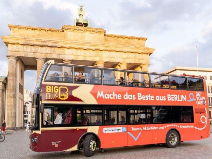 Doppeldecker Bus vor dem Brandenburger Tor