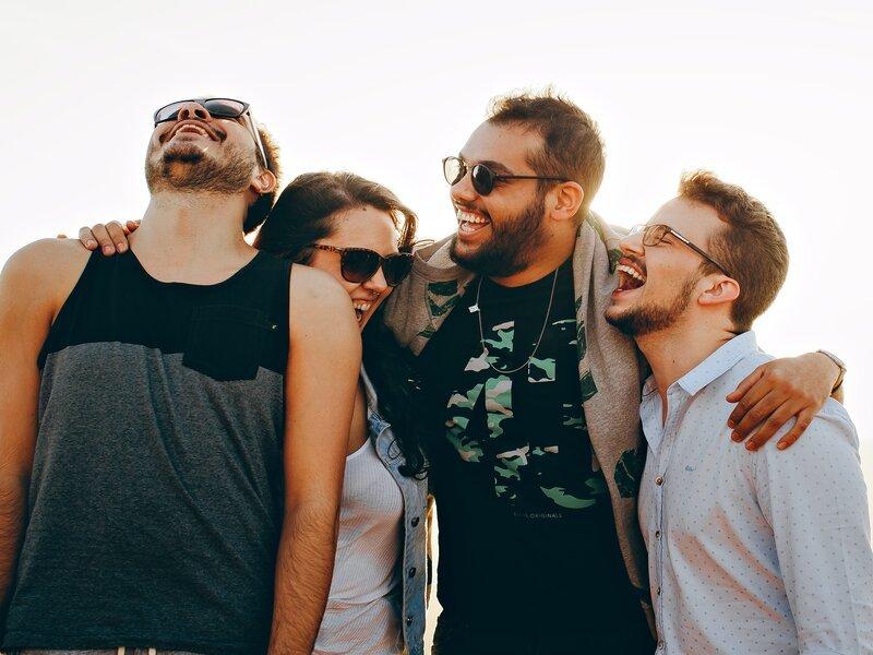 4 junge Leute umarmt